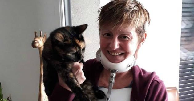 Sa maison explose en pleine nuit, elle voit son chat mourir… jusqu'à ce que son vétérinaire l'appelle…